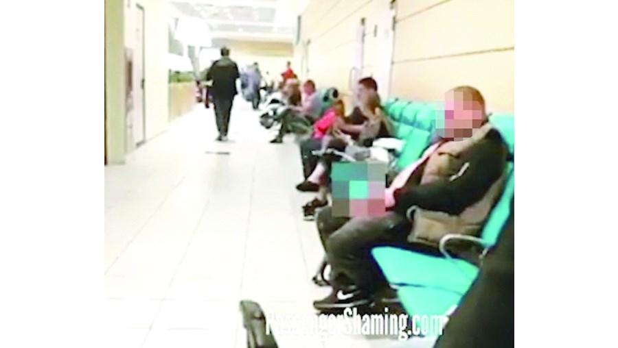 Homem urina no aeroporto e choca passageiros